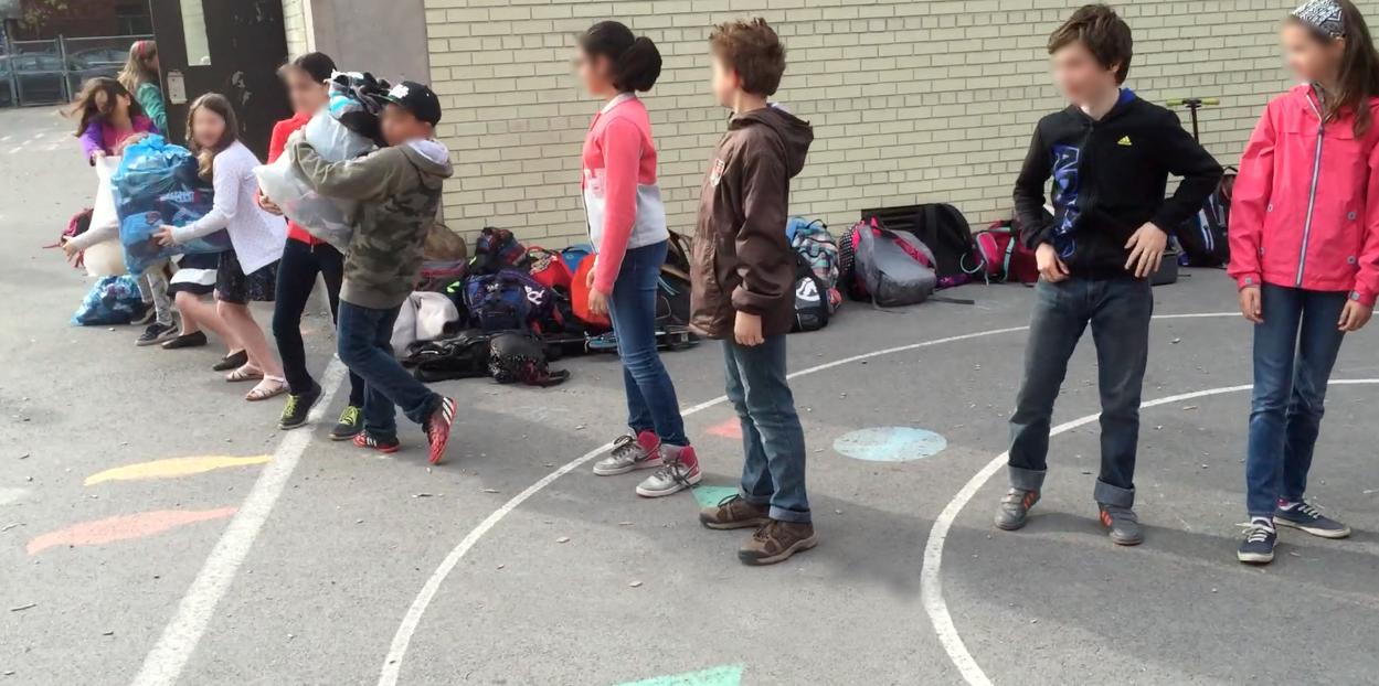 Chaine humaine à l'école Lajoie