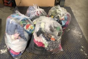 This is what 23 kg of used clothing looks like, as is discarded per Quebecer on average each year. Multiply this number per student at your school and you get a nice Super Recyclers clothing drive!