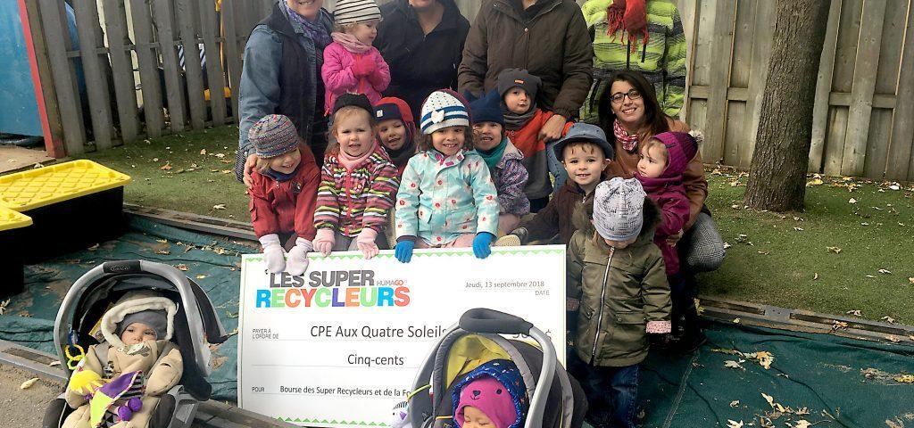 CPE Aux Quatre-Soleils, gagnants de la Bourse des Super Recycleurs 2017-2018. De gauche à droite : Geneviève Boisvert, directrice adjointe pédagogique, flanquée de quelques-unes des éducatrices du CPE Aux Quatre Soleils.